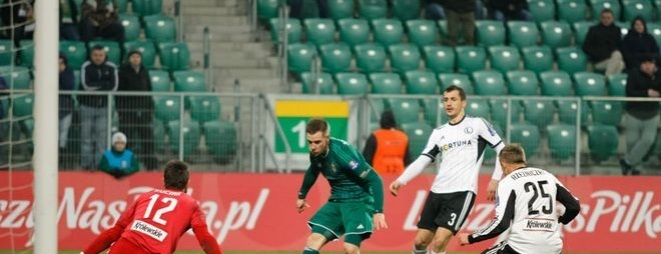 Tomasz Hołota (drugi od lewej) w meczu z Lechią naharował się za dwóch, by maksymalnie utrudnić grę Sebastianowi Mili. I zaliczył dobry występ.
