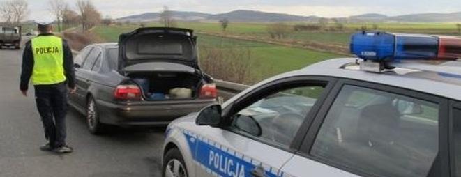 Policjanci zatrzymali mężczyznę, u którego w samochodzie znaleziono amfetaminę, marihuanę i mefedron