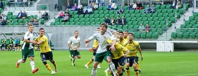 Jacek Kiełb (w wysoku) do niedawna był jednym z kluczowych piłkarzy Korony Kielce. Teraz po raz pierwszy zagra przeciwko swojej byłej drużynie