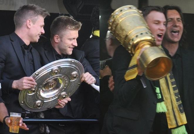 Rok 2012: Łukasz Piszczek i Jakub Błaszczykowski (pierwszy i drugi od lewej) świętują zdobycie przez Borussię mistrzostwa i Pucharu Niemiec.