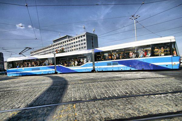 Na pasażerów czekają też niespodzianki w jednym z tramwajów na trasie rondo Reagana - plac Jana Pawła II